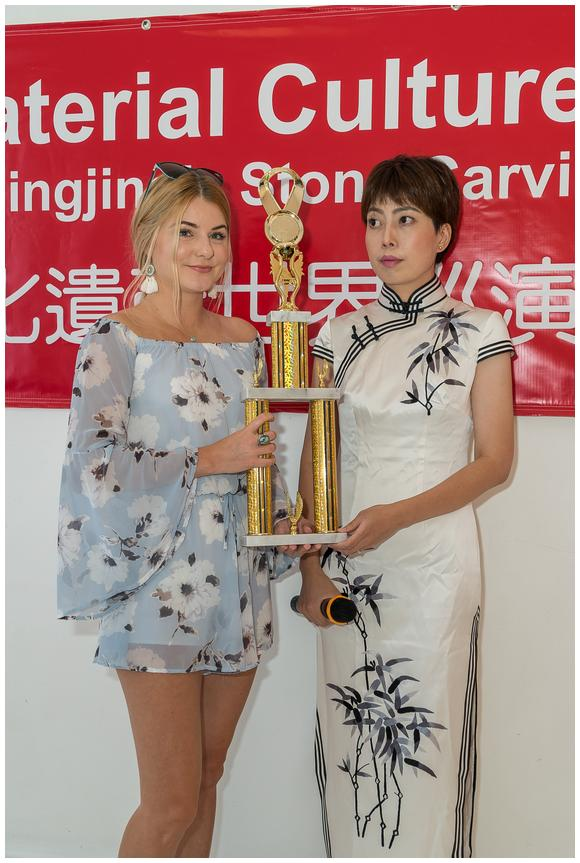 Hollywood Producer Deedee Benkovich presents award to Yang Jingjing